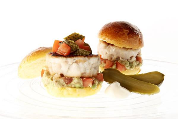 Mini Hamburger Di Ricciola E Cetriolini Agrodolci Con Guacamole Di Avocado E Pomodoro | Zuccato